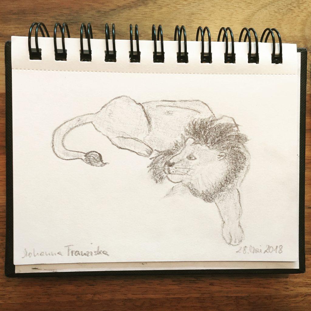 Auf diesem Bild siehst du die Bleistiftzeichnung eines Löwen. Für mich symbolisiert er Mut, Tatkraft aber auch innere Ruhe und große Gelassenheit. Zutaten, die wir für ein mutiges Leben aus vollem Herzen gut brauchen können.
