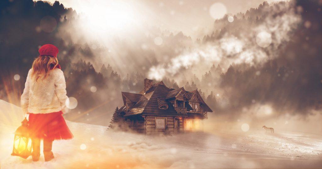 Ein Mädchen mit einer Laterne in einer Winterlandschaft bewegt sich auf ein Holzhaus zu, indem schon ein wärmendes Licht in den kalten Wintertag strahlt.