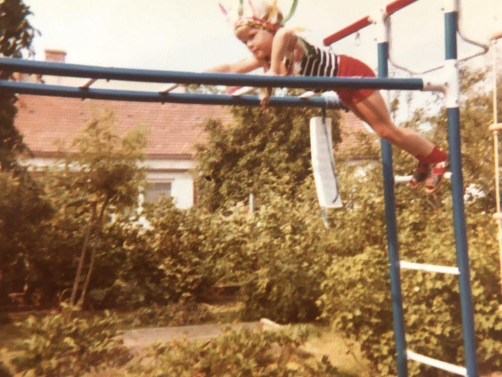 Kind auf einem Klettergerüst